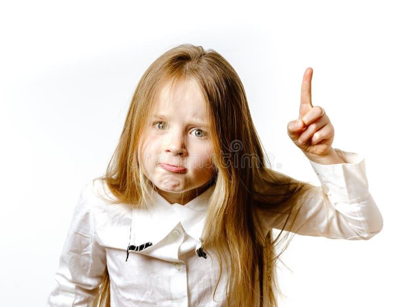 Het leuke meisje stellen voor reclame, die signes door handen maken royalty-vrije stock foto
