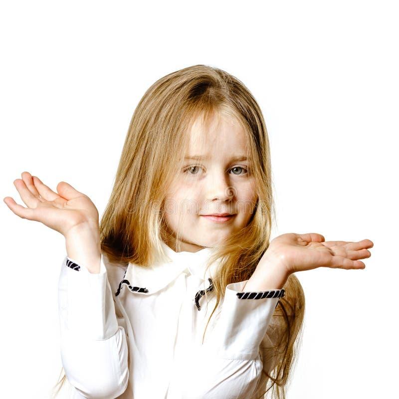 Het leuke meisje stellen voor reclame, die signes door handen maken stock foto