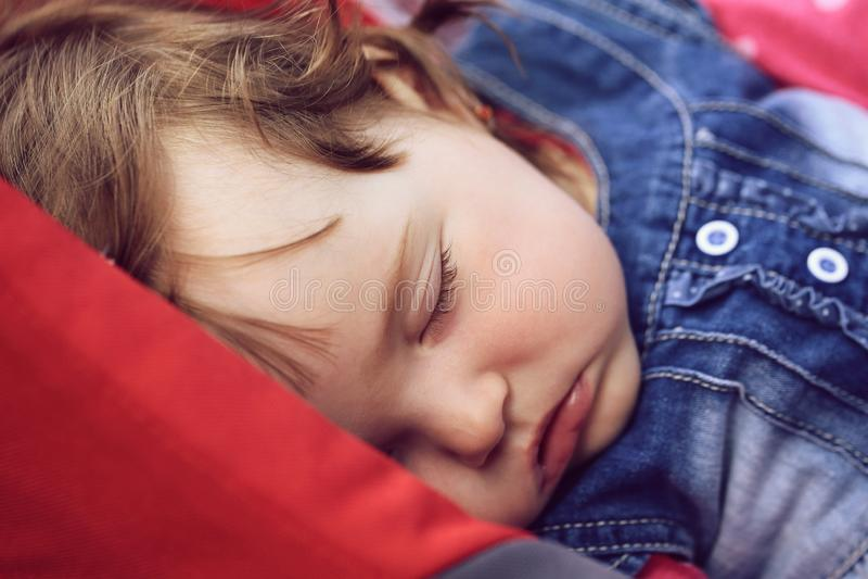 Het leuke meisje van de slaapbaby royalty-vrije stock afbeeldingen