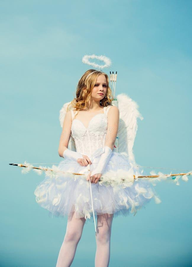 Het leuke Meisje van de Tiener De kaart van de liefde Pijl van liefde Cupido in valentijnskaartdag Vrij wit meisje als cupido met stock fotografie