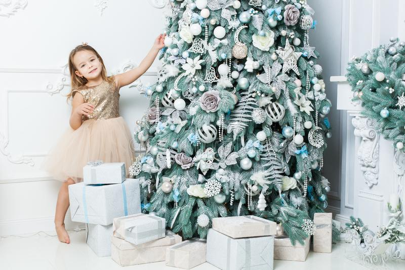 Het leuke meisje verfraait binnen de Kerstboom royalty-vrije stock foto's