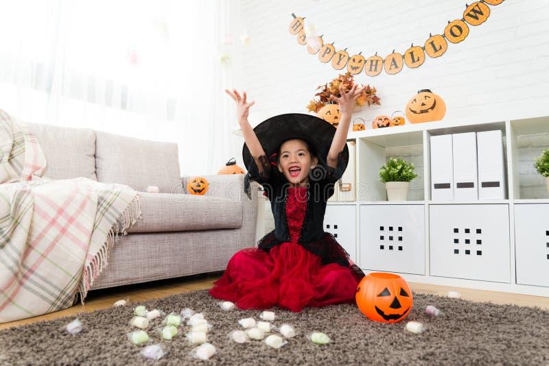 Het leuke meisje werpt suikergoed in hemel om te vieren royalty-vrije stock afbeeldingen