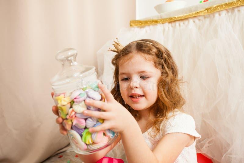 Het leuke meisje wil dit smakelijk suikergoed stock afbeeldingen
