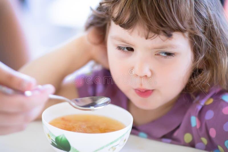 Het leuke meisje wil niet eten Jong geitje die voedsel weigeren Droevig kind stock afbeelding