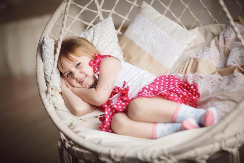Het leuke meisje wil slapen royalty-vrije stock afbeelding