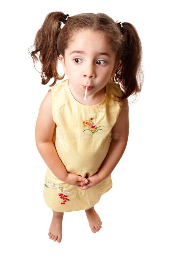 Het leuke meisje zuigen op een lollysuikergoed royalty-vrije stock fotografie