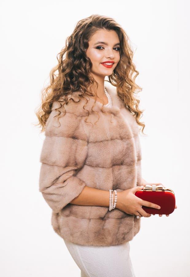 Het leuke meisjesleven door manier ( Mooie vrouw in modieuze bontjas Mannequinslijtage royalty-vrije stock foto