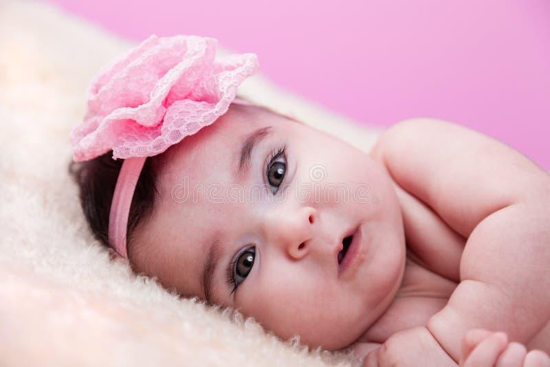 Het leuke, mooie, gelukkige, mollige portret van het babymeisje, zonder kleren, naakt of naakt, op een pluizige deken stock fotografie