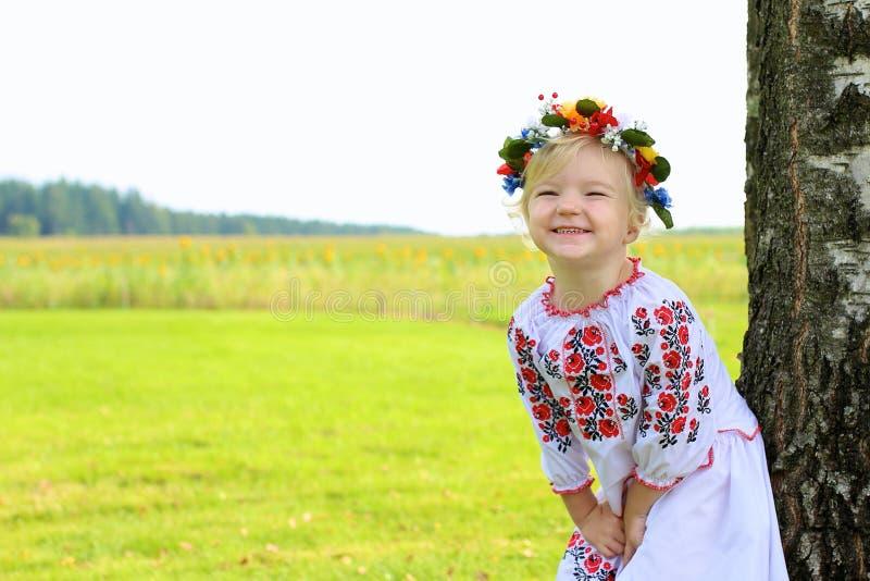Het leuke Oekraïense meisje spelen in de aard stock afbeelding