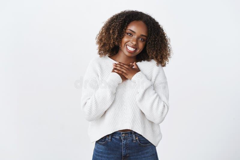 Het leuke onbezorgde het glimlachen Afrikaans-Amerikaanse krullend-haired de palmenhart van de vrouwenpers waardeert thankfully h royalty-vrije stock fotografie