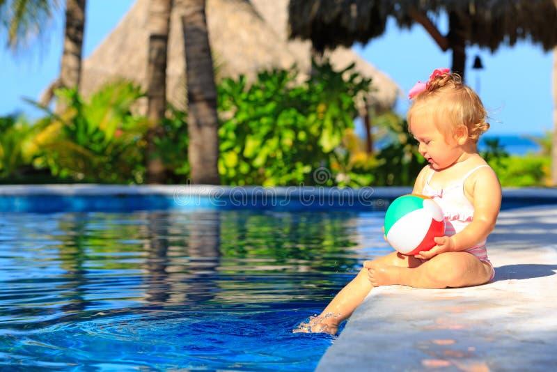 Het leuke peutermeisje spelen met bal in het zwemmen royalty-vrije stock fotografie