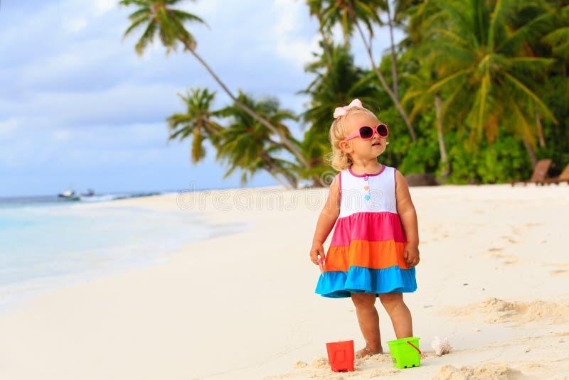 Het leuke peutermeisje spelen op tropisch strand stock fotografie