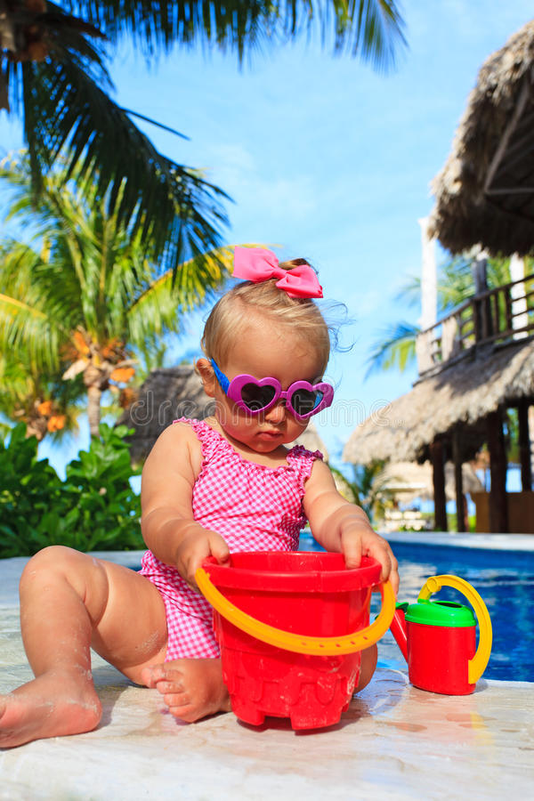 Het leuke peutermeisje spelen in zwembad bij royalty-vrije stock foto