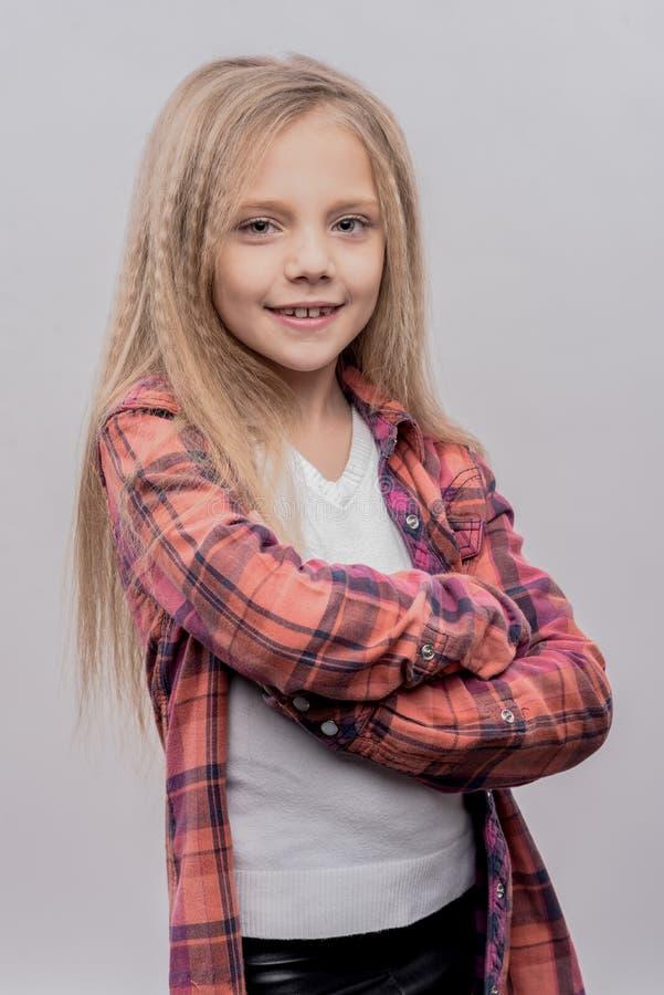 Het leuke prettige meisje zeer opgewekt voelen alvorens naar school te gaan stock fotografie