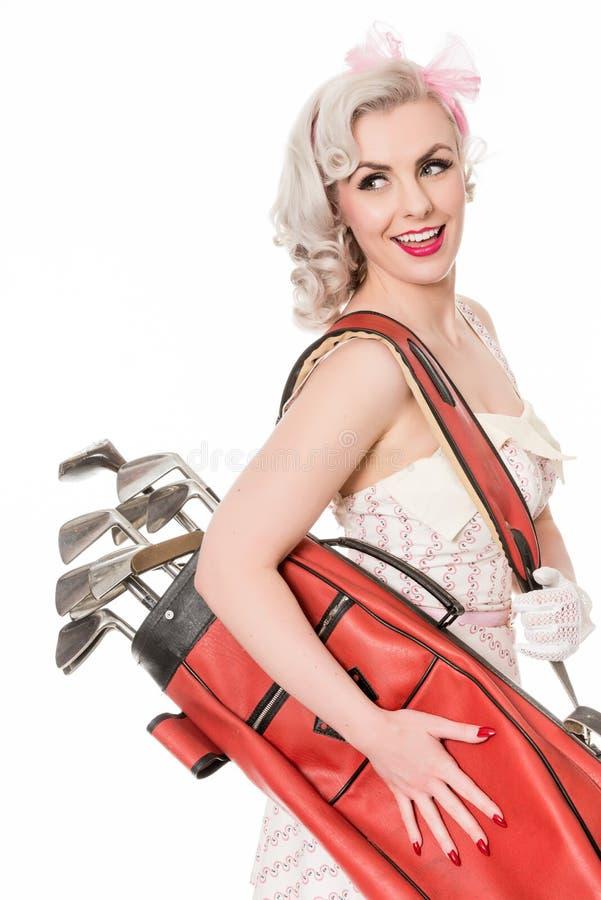 Het leuke retro meisje die rode golfzak over haar schouder dragen, isoleert stock afbeelding