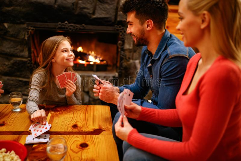 Het leuke spel van de meisjesspeelkaart met ouders royalty-vrije stock foto's