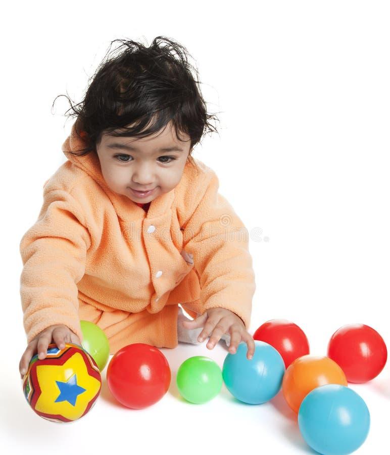 Het leuke Spelen van het Meisje van de Baby met Kleurrijke Ballen royalty-vrije stock afbeelding