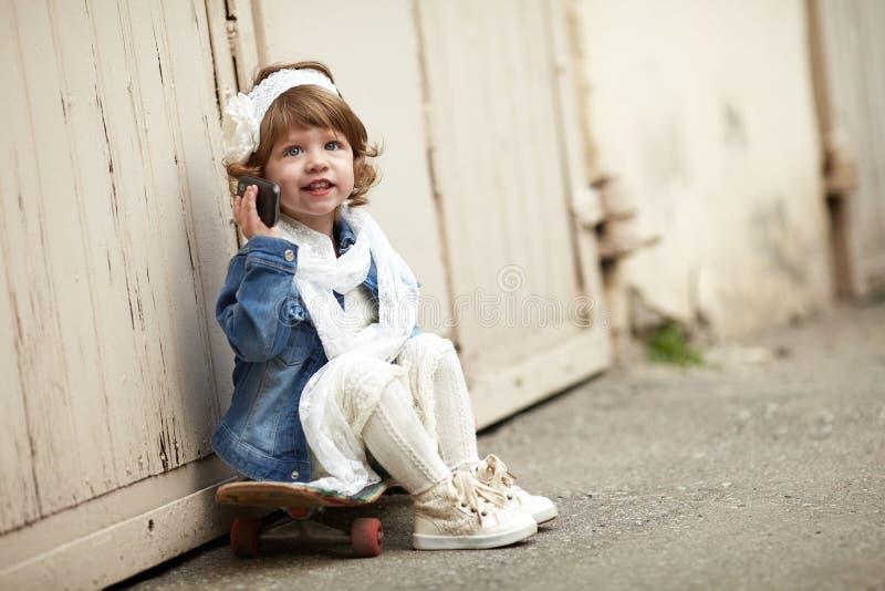 Het leuke stedelijke portret van het hipstermeisje royalty-vrije stock foto