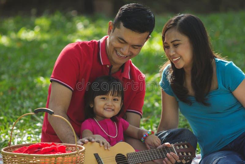 Het leuke uitje van de meisjesfamilie stock afbeelding
