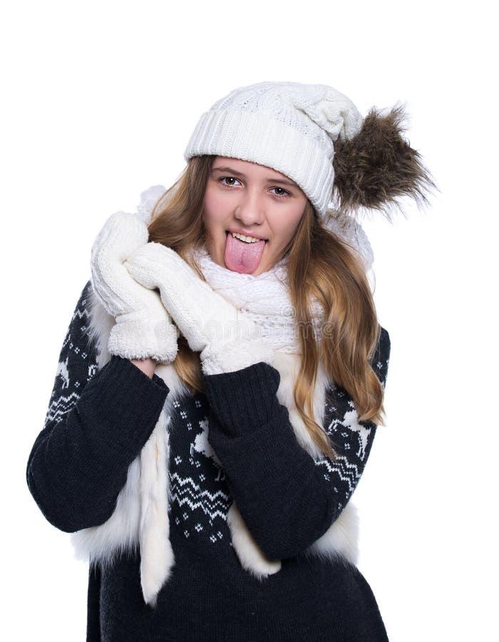 Het leuke vrolijke tiener stellen in de studio Het tonen van emoties Het dragen breide wollen sweater, sjaal, hoed en vuisthandsc royalty-vrije stock afbeelding