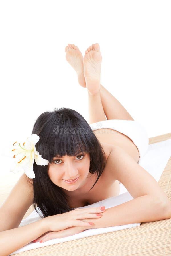 Het leuke vrouw ontspannen in kuuroord stock foto's