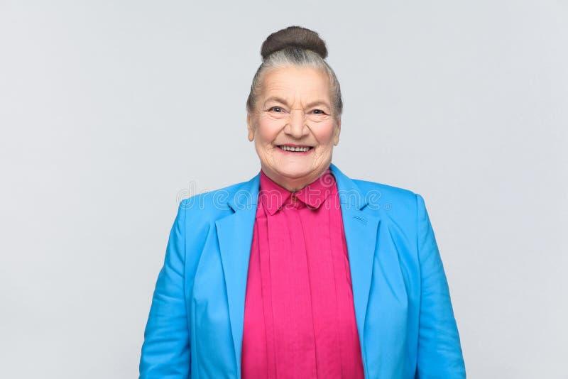Het leuke vrouw toothy glimlachen bij camera royalty-vrije stock fotografie