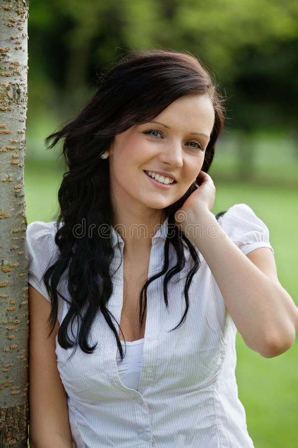 Het leuke Vrouwelijke Glimlachen royalty-vrije stock afbeelding