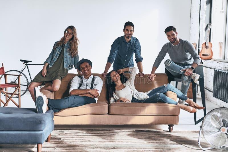 Het leven is Beter met Vrienden Groep mooie jongeren binnen royalty-vrije stock afbeeldingen
