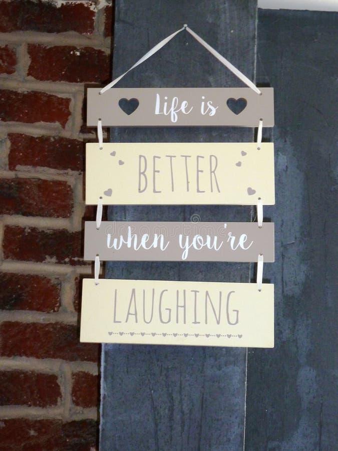 Het leven is beter wanneer u ` aangaande het lachen teken royalty-vrije stock afbeeldingen