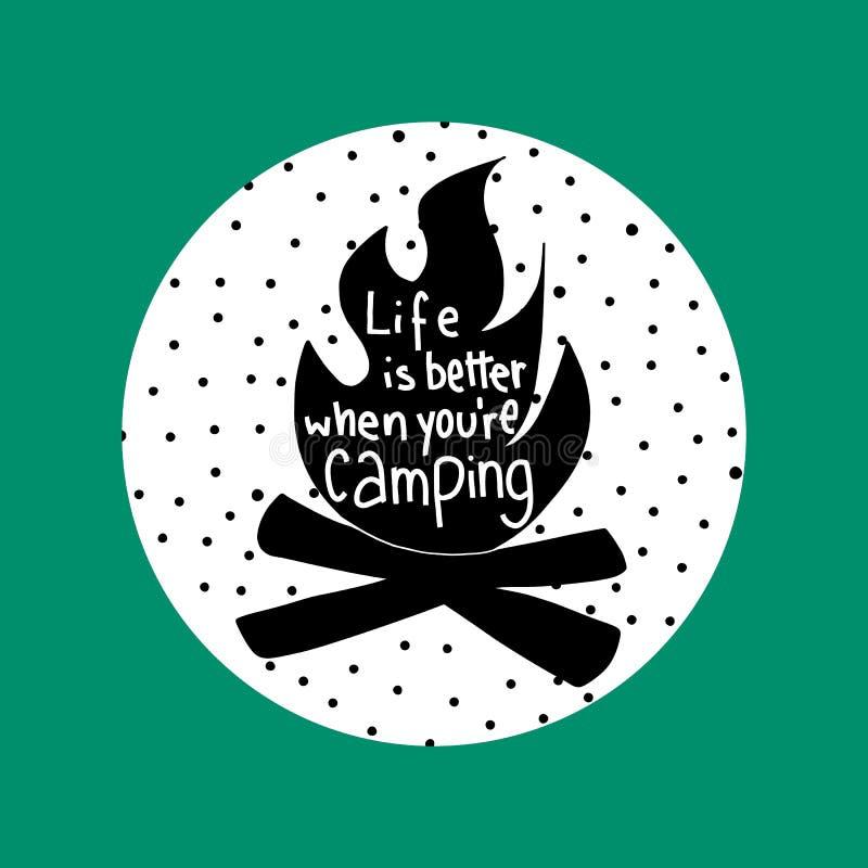 Het leven is beter wanneer u vectorillustratie kampt Handmatige lettertekens afdrukken Embleem voor buitenlogo Campfire stock illustratie