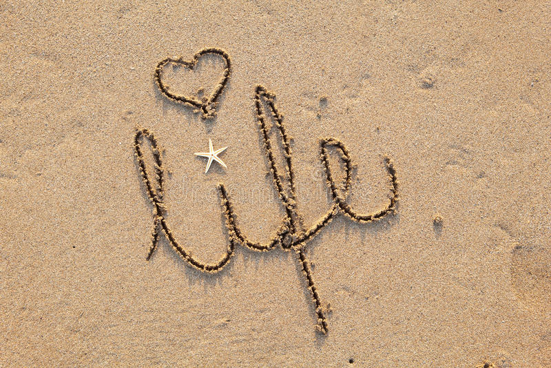 Het leven dat in Zand met Hart wordt geschreven stock afbeelding