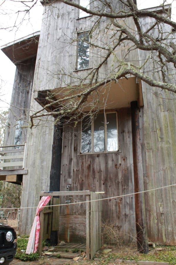 Het leven het leven in een treehouse op een eiland royalty-vrije stock afbeeldingen