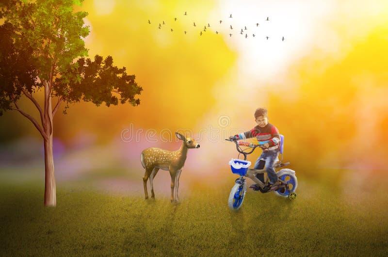 Het leven is goed kind op fiets met herten royalty-vrije stock afbeeldingen