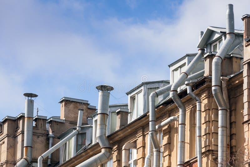 Het leven huisdak met ventilatiepijpen stock fotografie