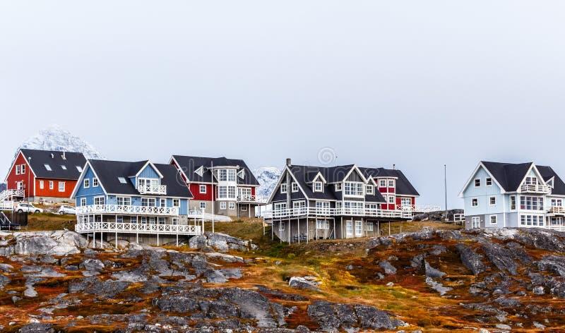 Het leven Inuit huizen onder de rotsen en berg in backgro royalty-vrije stock afbeelding