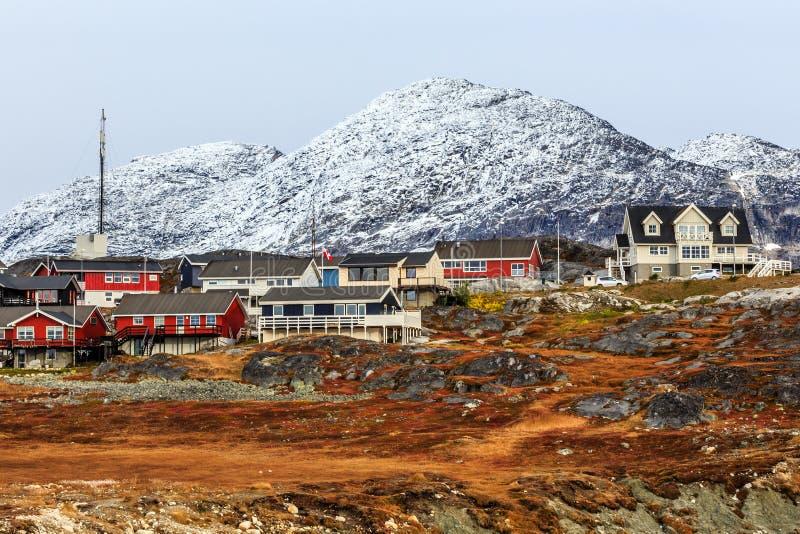 Het leven Inuit huizen onder de rotsen en berg in backgro royalty-vrije stock foto's
