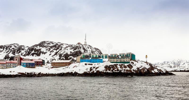 Het leven Inuit huizen op de steile helling in sneeuw bij FJ wordt behandeld dat stock afbeeldingen
