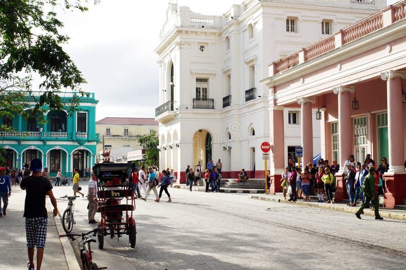 Het leven op de straten van Cubaanse stad stock afbeeldingen