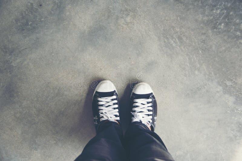 Het leven is reis, Zwarte tennisschoen op de grassen reis concept stock fotografie