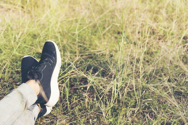 Het leven is reis, Zwarte tennisschoen op de grassen reis concept royalty-vrije stock afbeeldingen