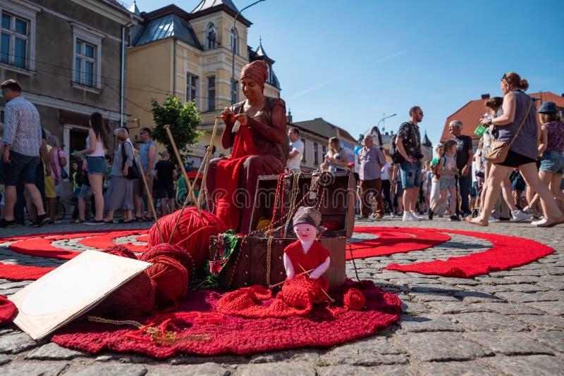 Het leven standbeeld - wolambacht op het festival van de UFOstraat - internationale bijeenkomst van straatuitvoerders en actoren royalty-vrije stock foto's