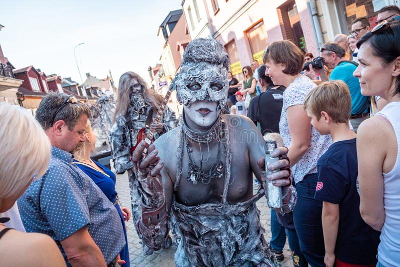 Het leven standbeelden op het festival van de UFOstraat - internationale bijeenkomst van straatuitvoerders en actoren stock fotografie
