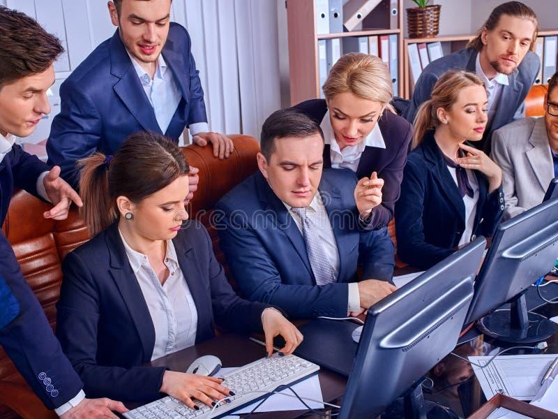 Het leven van het bedrijfsmensenbureau van teammensen die met documenten werken stock afbeelding