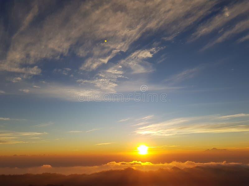 Het leven van het de wolkenstrand van de zonzonsondergang geniet van royalty-vrije stock afbeeldingen