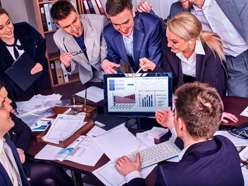 Het leven van het bedrijfsmensenbureau van teammensen die met documenten werken stock foto's