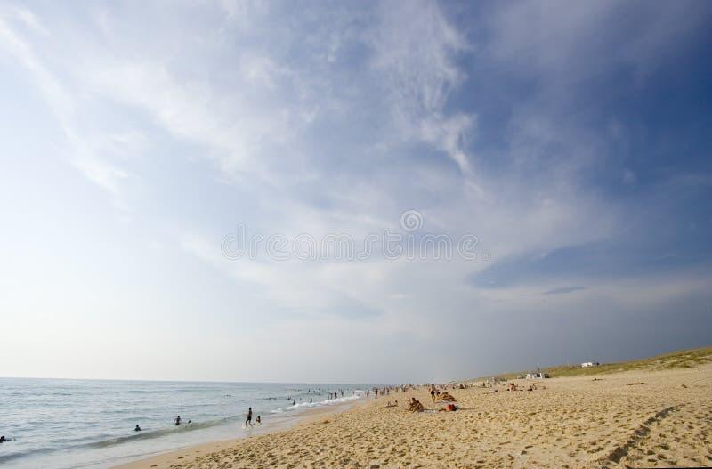 Het leven van het strand op een bezig strand royalty-vrije stock afbeelding