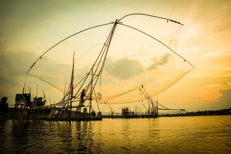 Het levens Aziatische visser in Thailand royalty-vrije stock foto's