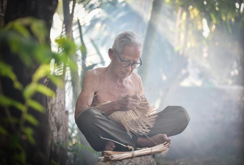 Het levens oude mens van Azië oom Grootvader stock foto's