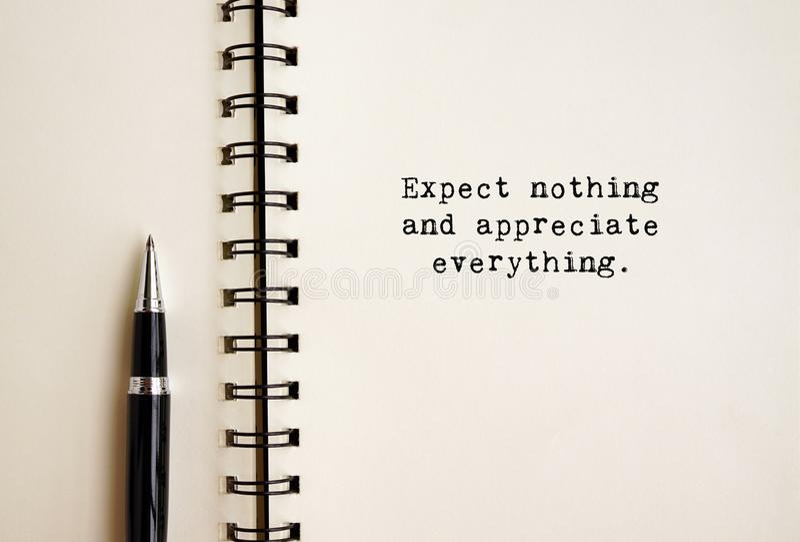 Het levenscitaten - verwacht niets en waardeer alles stock afbeelding