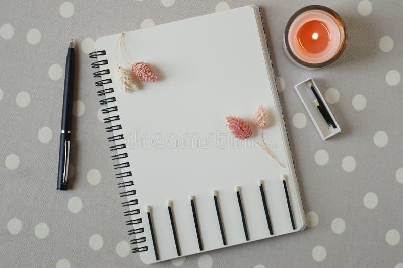 Het levensdoelstellingen notitieboekje, droge bloemen, kaars, gelijkedoos en zwarte houten gelijken stock afbeelding